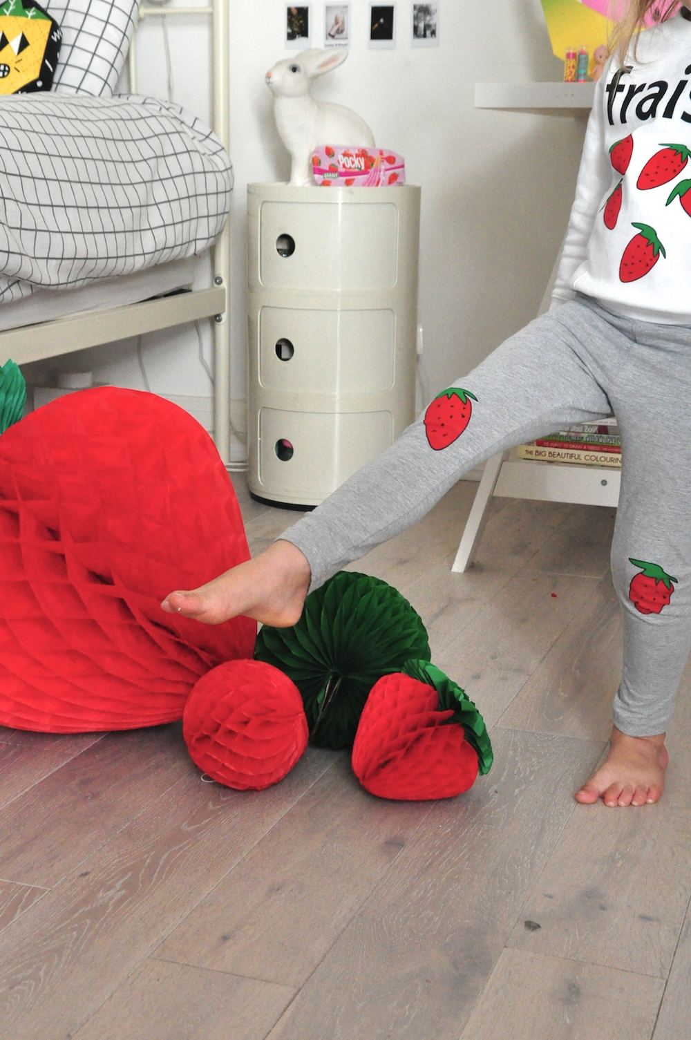 hugo_loves_tiki_fraises_strawberry_leggings