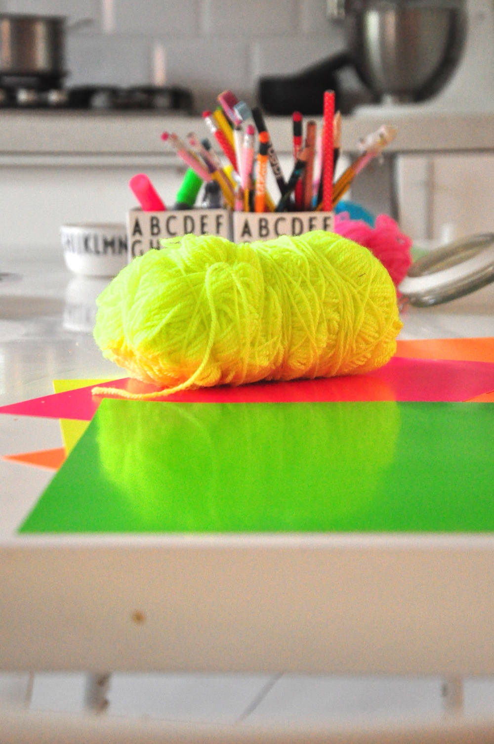 hat_making_pom_pom_neon
