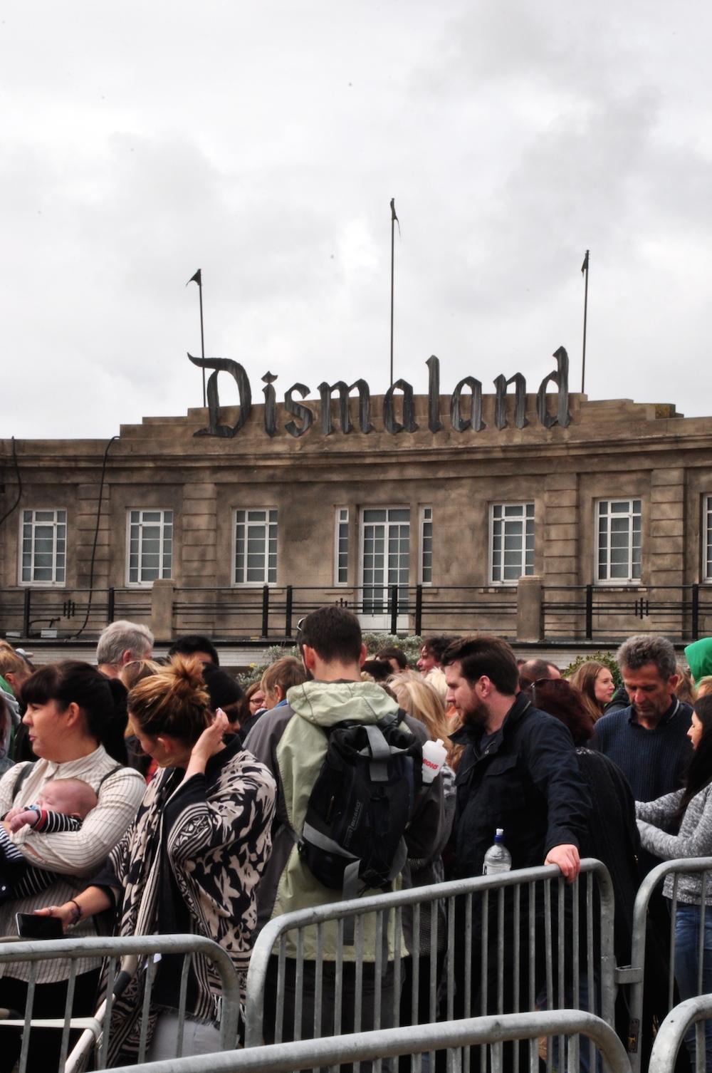 banlsy_dismaland_queues