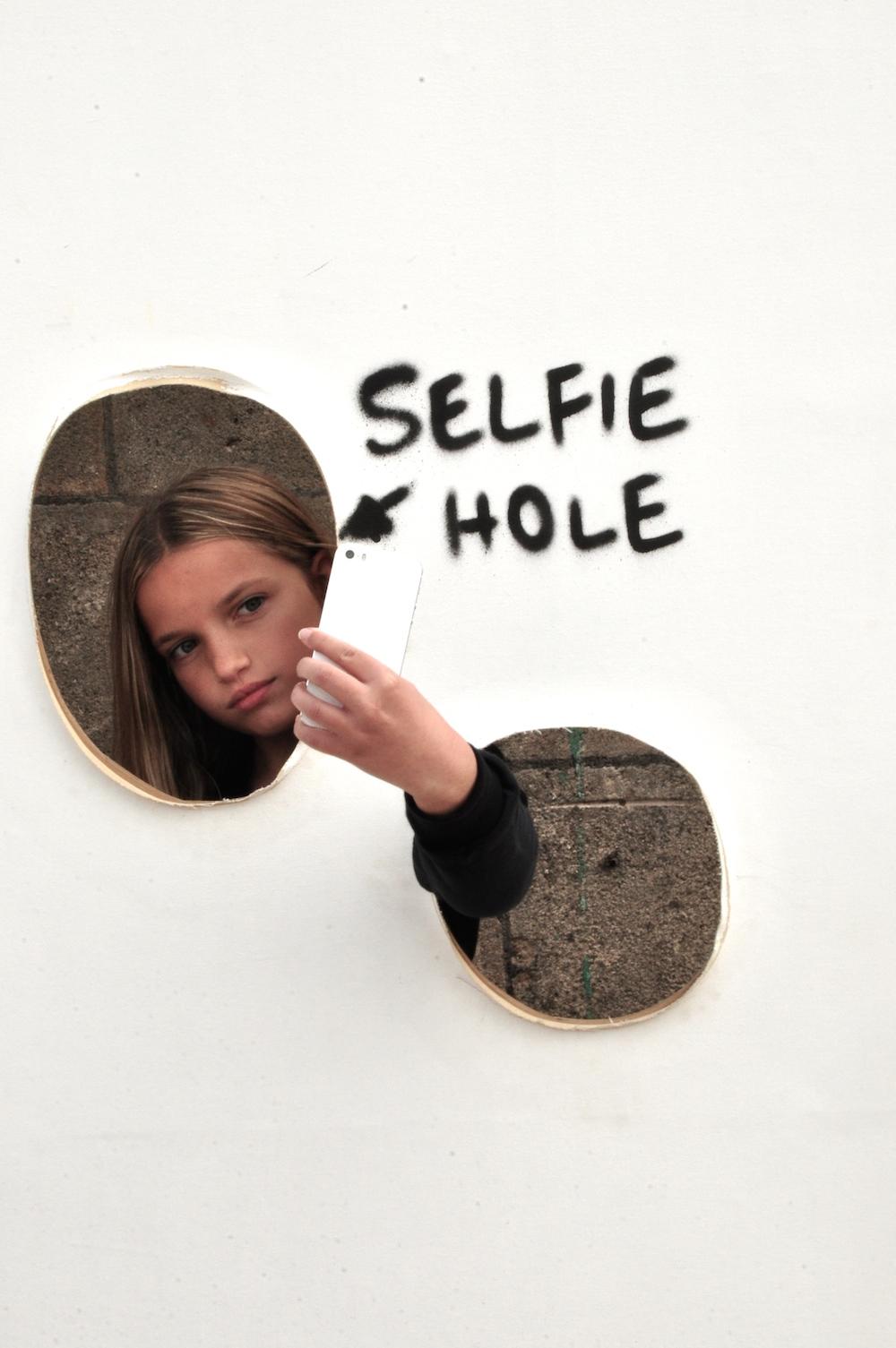 dismaland_banksy_selfie_hole