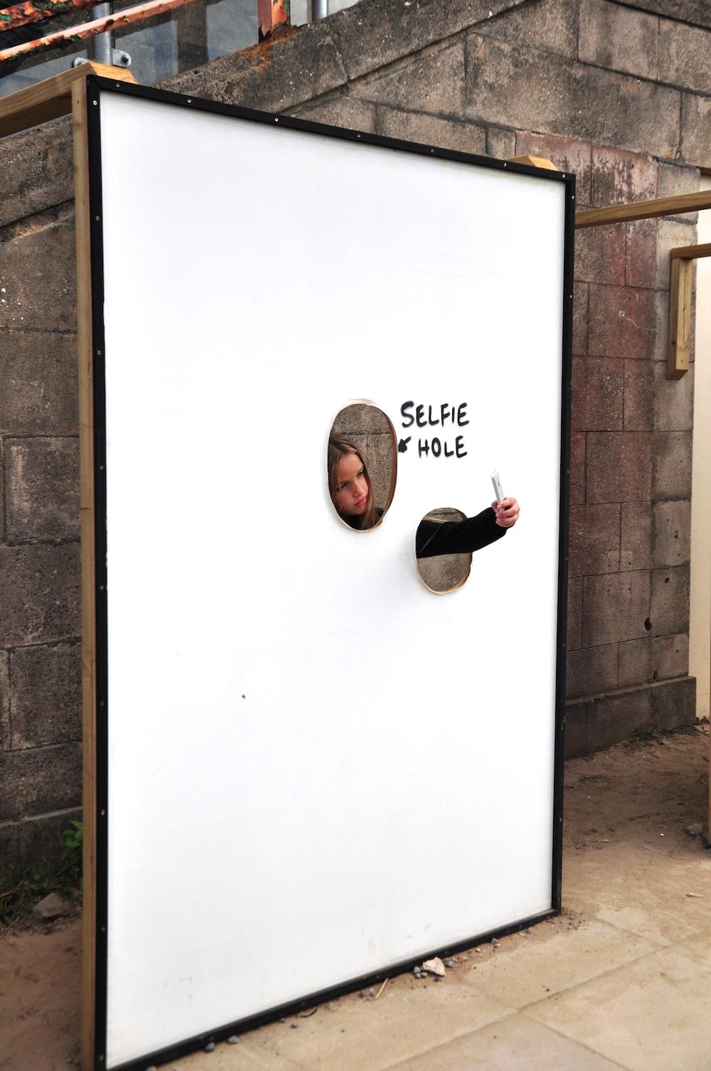 selfie_hole_banksy_dismaland
