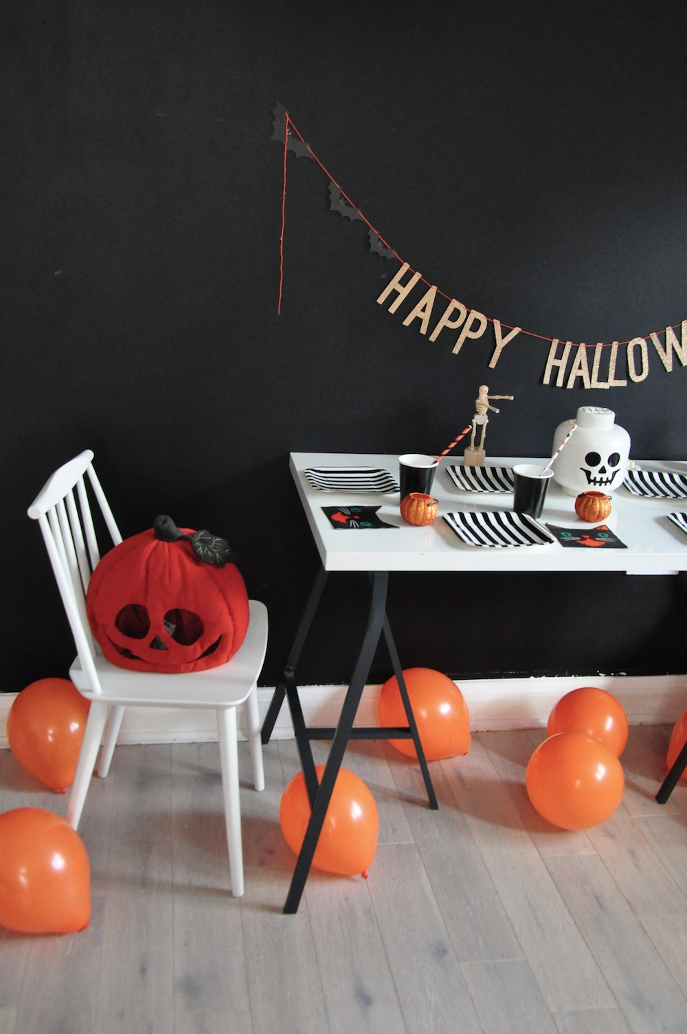 LittleLulubel_halloween_party_shop_hay_chair