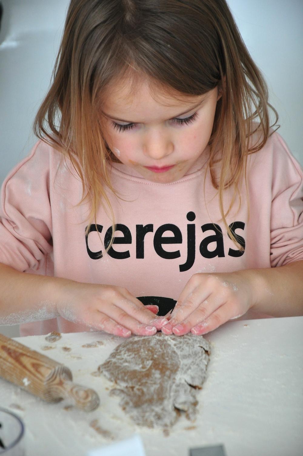Hugo_loves_tiki_cherries_cerejas_baking_chloeuberkid