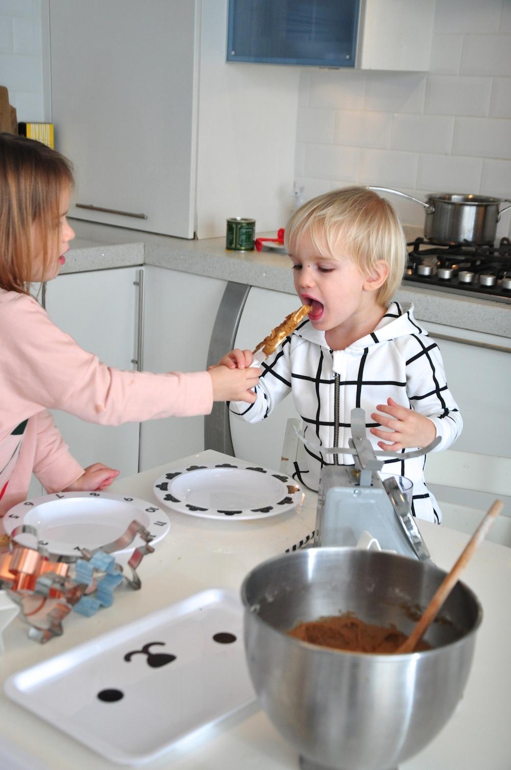 kids_baking_Hugo_loves_tiki