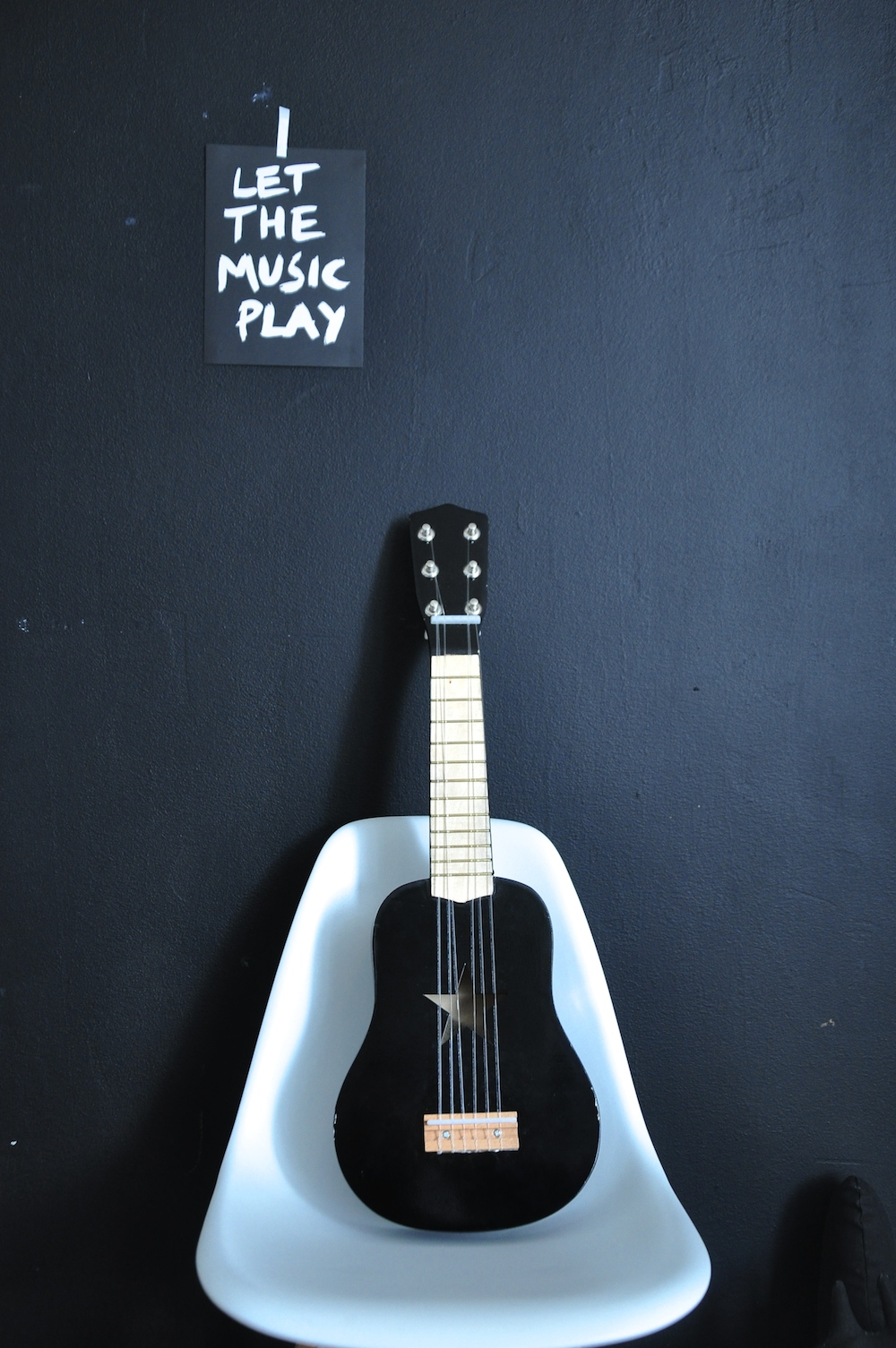 Studio_bl_music_quotes_black_guitar_kids