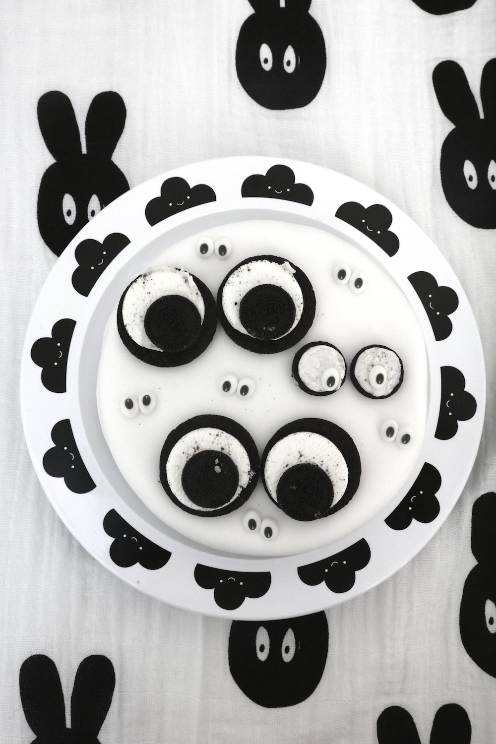 miniwilla_halloween-googly-eye_cake_buddy_bear_plate