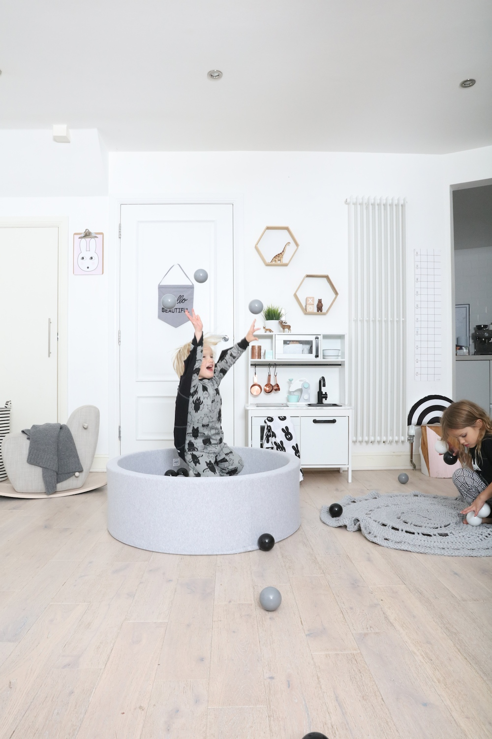 ball_pit_monochrome_the_modern_nursery_chleuberkid