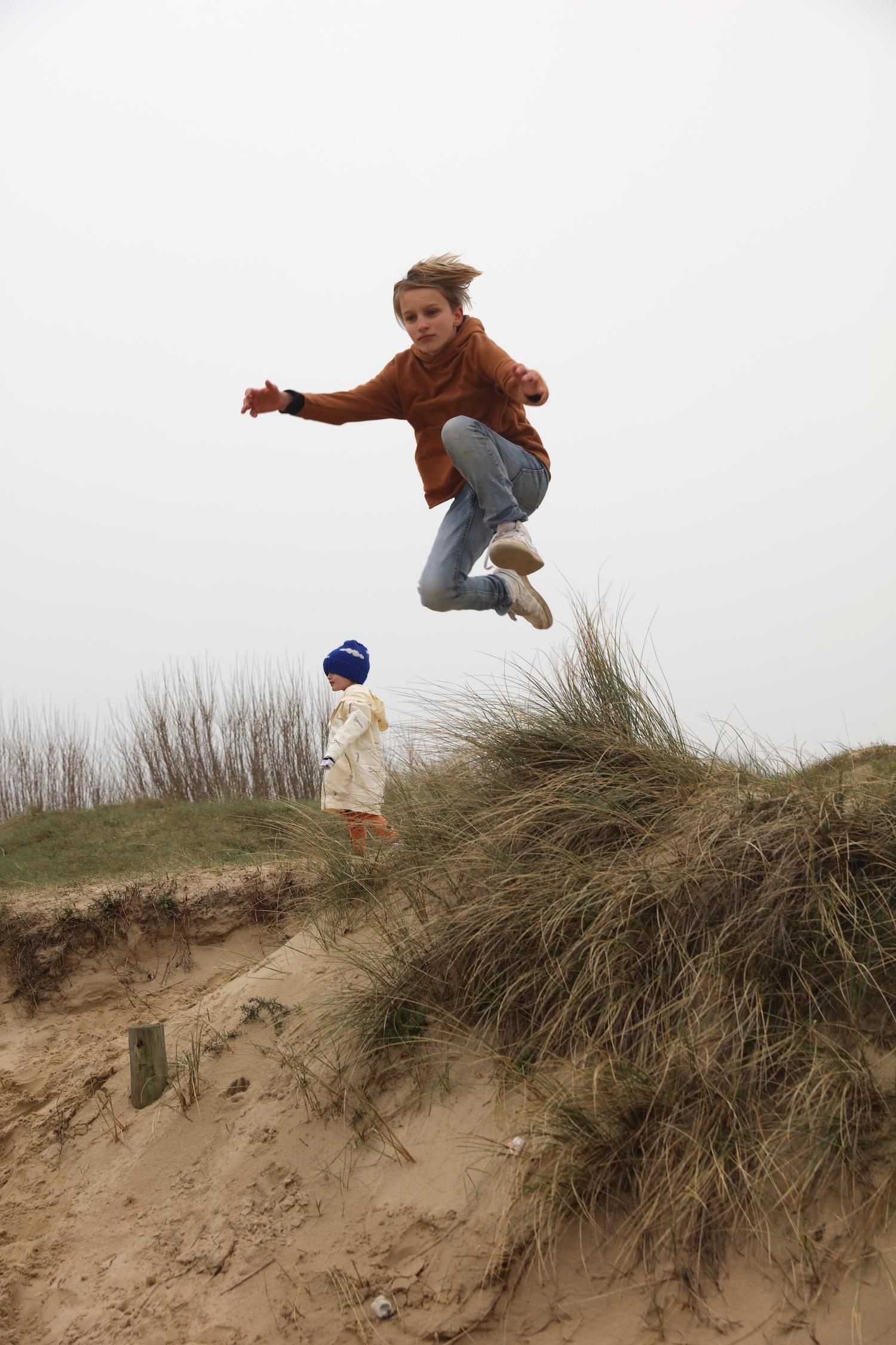 I-dig_denim_jeans_sand_jumping