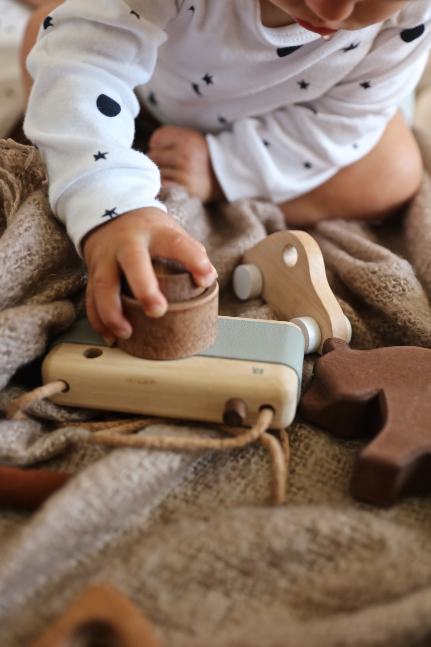sleepy_doe_bath_wooden_camera_baby